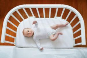 petite fille allongée dans un lit cododo